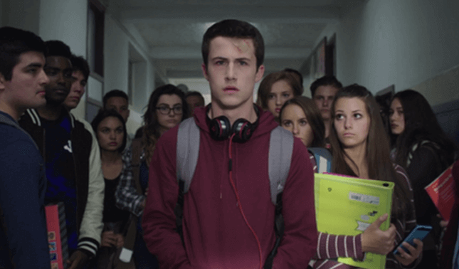 13 Reasons why: Clay walking down hallway surrounded by highschool students