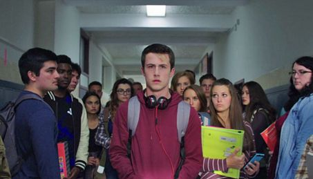 13 Reasons why: Clay walking down hallway surrounded by high school students